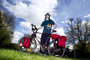 Jackiie Samuelsson är väl förberedd för den långa cykelfärden.