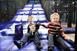 PREMIÄR. Efter att öppnandet dragit ut på tiden slog leklandet Delfinen upp portarna på onsdagen. Sexåringarna Viggo och Hannes Solum är glada för det.