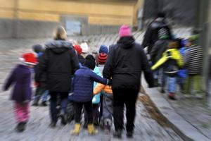 Fria kläder för utomhusbruk är redan infört för förskolans personal i Östersund. Nu gäller det inomhuskläder, som kommer, men först 2021. Fotograf: Hasse Holmberg/scanpix