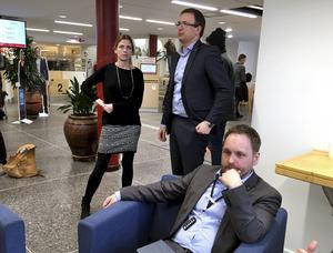 Liza-Maria Norlin (KD), Peder Björk (S) och Jörgen Berglund (M) efter beslutet.
