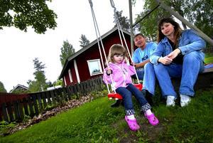 Får inte plats. Clara bor granne med förskolan där hennes kompisar går, men hon får inte plats. I stället måste hon skjutsas till andra sidan stan av föräldrarna Tommy Albinsson och Sara Oscarsson.