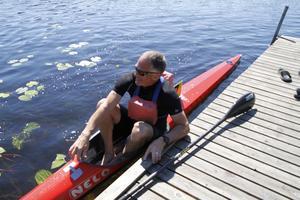 Per Lundh i påväg upp ur kanoten efter silverpaddlingen.