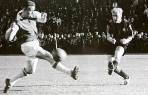 SIF möter Inter. Roland Grönberg och Nacka Skoglund  i en match på Jernvallen 1959