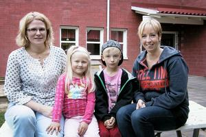 Risken finns, när dagmammorna försvinner, att fler barn från Viksjöfors börjar skolan i Edsbyn eller Alfta efter att ha gått i förskola där istället. Det är ett av skälen varför vi vill ha en förskola i Viksjöfors, säger Elisabeth Guthu och Ingela Embretsen med barnen Nora och Kim.