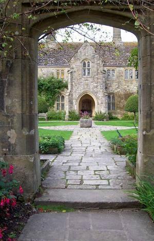 I trädgården finns många bvackra portaler. Nere till vänster på bilden syns en