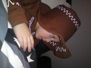 3-åriga Melvin vill till och med sova i sin pepparkaksdräkt. Läsarbild: Linda Öhrn