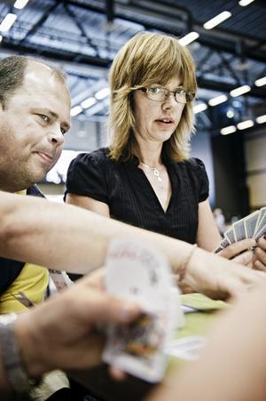 –Räkna nu, tänk efter hur många spader som kan vara kvar. Tävlingsledaren Micke Melander tipsar och NA:s reporter Christina Eriksson försöker hänga med i svängarna.