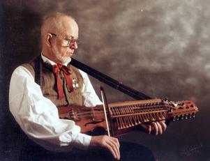 Elsas man Georg Haglund gick bort för två år sedan. Han var en duktig nyckelharpspelare som också höll kurser för ungdomar och andra intresserade som ville lära sig spela.
