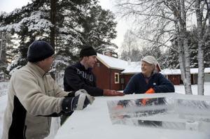 Tre generationer Persson, fr.v. Torbjörn, John och Ove bygger den stora islyktan som lyser upp Västanå till varje julhelg.
