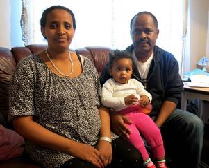 Belhu Tesfaye och Etensh Asrat och deras ettåriga flicka Rakeb bor i en etta på Rågångsvägen i Sörby. I januari får paret sitt andra barn och de är oroliga hur de ska få plats.