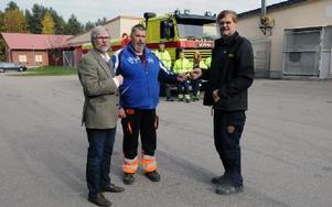 Erik Wallander och Björn Sohl tar emot nycklarna till den brandbil som nu överlämnats från räddningschefen Bo Lundberg. Foto: Sven Thomsen/DT