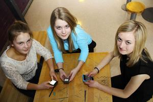 Elin Forslund, Caroline Helt och Lovisa Rundberg tycker att det är okej att använda mobilen under lektionerna. Men bara i utbildningssyfte.