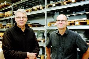 FRAMÅT. Trots lågkonjunktur fortsätter ordrarna komma in hos Forma Plast i Ockelbo. Ägaren Åke Hålén och produktionsansvariga Björn Östberg visar gärna runt i fabriken.