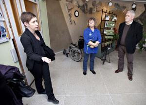 Även Helena Wikström, C, ledamot i socialnämnden var intresserad av hur demensvården kan utvecklas. På Hesselgrenska delar man in dementa personer i tre olika nivåer.