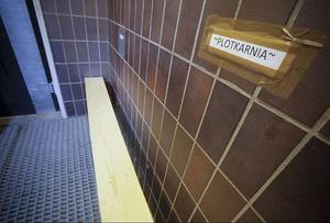 Plotkarnia - Ljugarbänken. Den står i entrén på förläggningen och här stinker det rök.