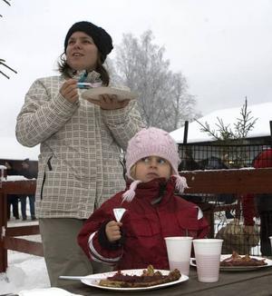 MÅLTID. Sara och Saga Lundahl, Forsbacka, njöt av kolbullar.