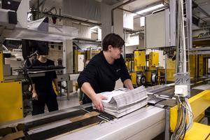 Paketeringen tar hand om tidningarna innan de skeppas ut från tryckeriet.