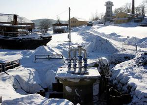 Pumpstationen är på plats men innan man kan dra fram el så måste området vid lokstallarna saneras från miljögifter.