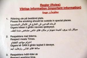 På flera olika språk står ordningsregler för boendet.