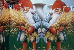 Tomteparaden i papp står uppställd i köket. Viktomtarna skänker också julstämning och var förr inte så dyra att köpa in.