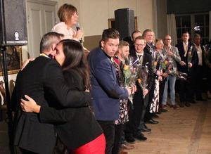 Kommunalrådet Catarina Pettersson (S) kramar Richard Metsmaa som vann klassen Årets butik med Åsby Hem & Trädgård.