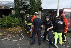 Polis och räddningstjänst i arbete vid den övertända villan på Thorssons väg i Ystad nionde oktober 2008.