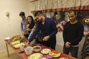 Hazhar Hamzeh Nezhad, Ashti Farshadi, Glory Amalaha, Khado Jaliljan och Aryan Rahmani från föreningen Young evolution gör i ordning julbordet.