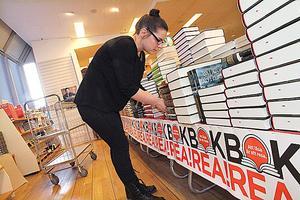 Uppladdning. Akademibokhandeln i Sigma säljer ut sju ton böcker. Emelie Andersson är en av dem som arbetat med förberedelserna.
