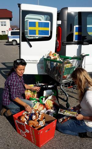 Carla Dahlberg och Bettina Bergknecht från Dalarna hjälper.