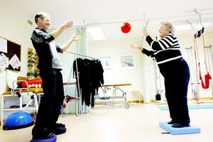 De har riktigt kul när de tränar sjukgymnasten Johan Sernheim och Mary Backlund i Lit.