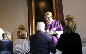 Kajsa-Britta Frogner under sin sista nattvard som kyrkoherde i Ludvika.FOTO:ANDERS BJÖRKLUND