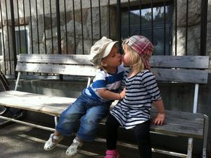 Bästa kompisarna Tilda och Loui tog en paus på parkbänken  i kyrkbacken efter all lek! Vårkänslorna verkar spira även i deras små 2-åriga kroppar =) Riktig kälek