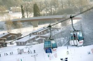 GONDOLER. Branäs är tillsammans med Åre en av två skidanläggningar i Sverige som har gondolliftar. Gondolerna fanns på plats redan vid invigningen 1988. Branäsberget är också känt för sin höga fallhöjd, 415 meter, vilket överträffar exempelvis Sälenbackarna.