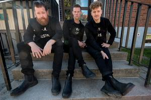 Vigilante Carlstroem, Chris Dangerous och Nicholaus Arson på trappan utanför Alfaskolans gymnastiksal. I källaren till den här byggnaden repade bandet när flera av låtarna till