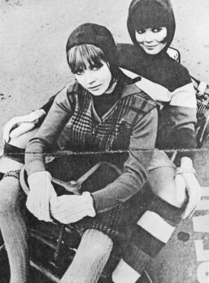 Det är sextiotal och Carita Järvinen syns i modemagasinen. Här sitter hon närmast kameran.