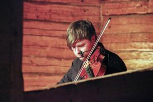 Anders Nygårds spelar fiol och har komponerat musik till teater och film.
