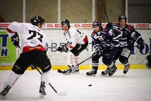 """ÖHC vände 0–1 till 3–1 och 3–4 till 6–4 mot Kiruna. Thomas Strandell satte 3–1-pucken i en andraperiod som ÖHC dominerade stort. """"Vi är beroende av att gå på högvarv, men när vi spelar bra, då spelar vi verkligen bra"""", menade ÖHC-tränaren Roger Forsberg efter segern i Z-hallen.Foto: Olof Sjödin"""