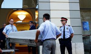 En kista bärs in till museet Teatro Museo Dalí i Figueres i Spanien. Konstnären Salvador Dalís kvarlevor, som är begravda i en krypta, ska nu dna-testas.