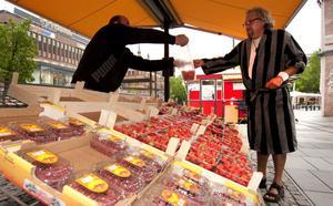 Jordgubbsförsäljaren Murad Mohammed är ny på Stortorget och hade inte hört talas om det nya lagförslaget.