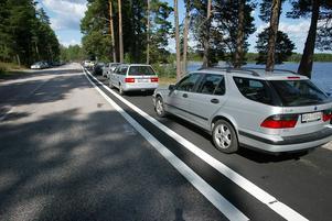 Parkerade bilar på cykelbanan vid Öjaren.