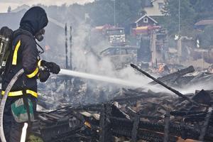 Räddningstjänsten på plats i Tortuna. Bara bråte blev kvar av de eldhärjade husen.