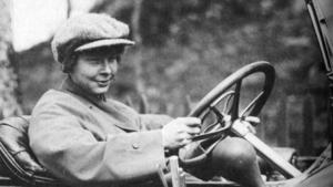 Att köra snabba bilar och motorcyklar hörde till Ester Blendas intressen.