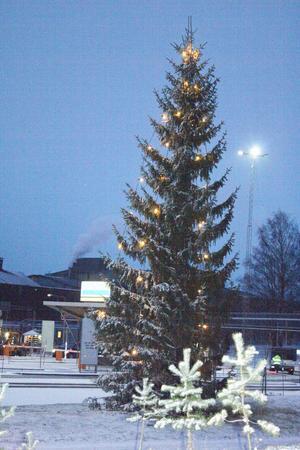 Julgranen utanför Centralporten i Sandviken.