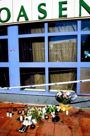 Blommor utanför Oasen. I dag faller domen mot de många åtalade i gangstermålet.