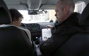 Lars Bäckström är en av Vägverkets inspektörer, som bestämmer om eleverna klarar uppkörningen eller inte. Philip Hahne är numera körkortsinnehavare.