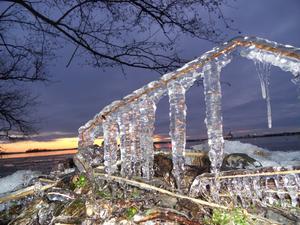 Imponerande effekt man får genom att med blixt fotografera den iskonst som bildats vid Mälaren med solnedgången som bakrund.