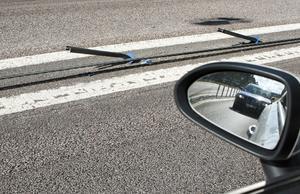 Nermejad. Enligt Trafikverket är det oftast större fordon som råkar köra ner vajerräckena. Så här har det sett ut på E18 några kilometer öster om Västerås i flera dagar.Foto: rune jensen