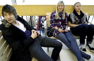 """Utanför aulan sitter Tobias Ytterdal, Elin Engberg och Rebecka Törngren som är förstaårselever. De tycker att det är bra att diplomerad gymnasieekonom nu erbjuds – trots att det krävs hårdare plugg.  """"Det är lättare att få jobb"""", säger Tobias Ytterdal."""