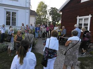 Robert Wirén berättar om trädgården i Trönö.