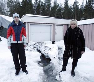 När Erik Norberg var ute på promenad med hunden såg han hur en mindre flod rann rakt mot grannen Lotta Pändels garage.Foto: LASSE HALVARSSON